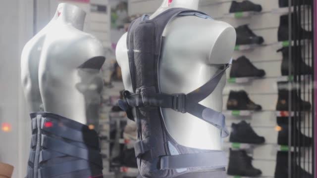 vídeos y material grabado en eventos de stock de corsé para back man.orthopedic tienda escaparate. rehabilitación de medicamentos para la salud - columna vertebral humana