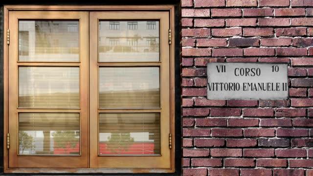 calle Corso Vittorio Emanuele II señal de pare. El mundo la calle más famosa de Corso Vittorio Emanuele II en Milán. - vídeo