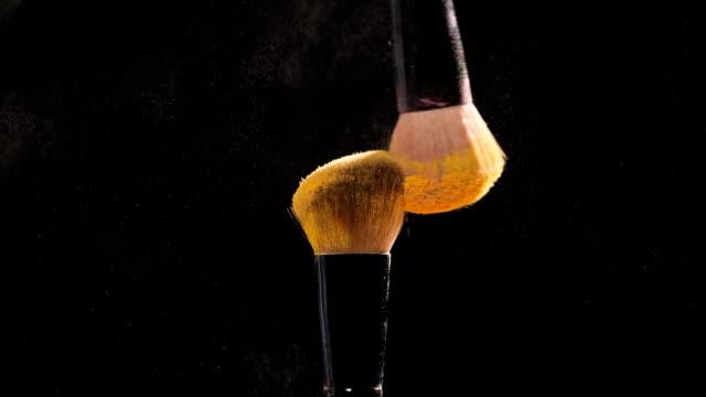 vidéos et rushes de brosse cosmétiques avec or poudre cosmétique pour maquillage - pinceau à maquillage