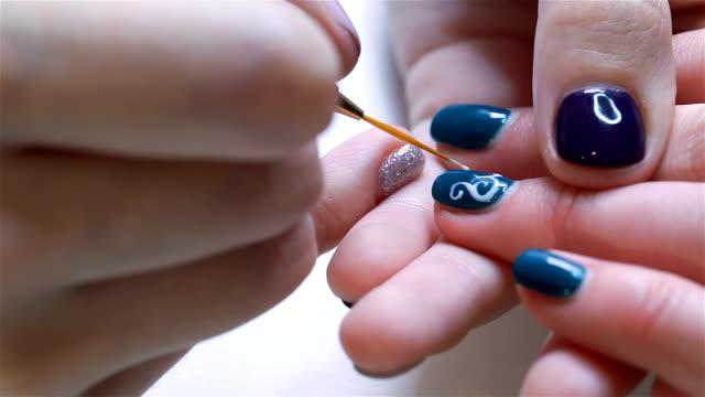kosmetische farbigen lack malen ihre nägel - maniküre stock-videos und b-roll-filmmaterial