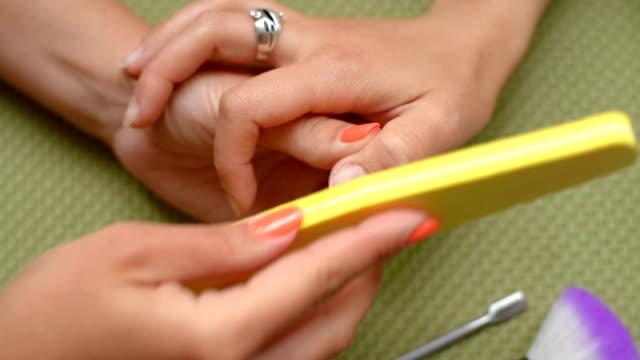 vidéos et rushes de cosmétologue nettoie les ongles, lime à ongles. - cuticule