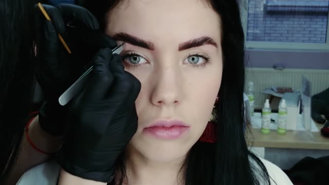 stockvideo's en b-roll-footage met schoonheidsspecialist trekt wenkbrauwen - eyeliner
