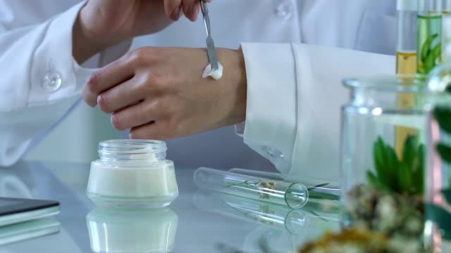 kosmetik-experte stellt creme auf ihre hand und typisierung beobachtungen im e-journal - kosmetik stock-videos und b-roll-filmmaterial