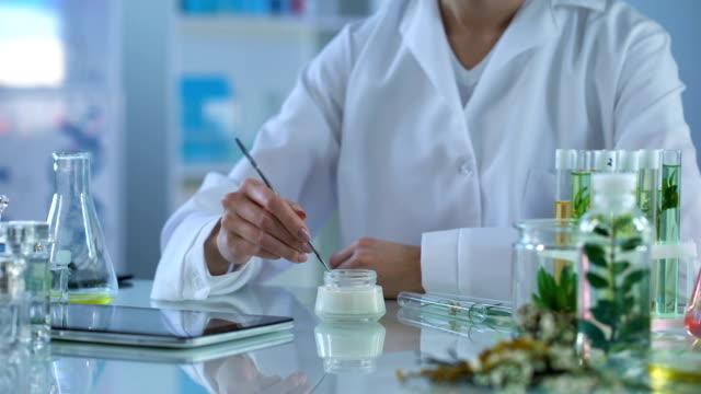 косметология эксперт тестирования новых кремов, применяя на руках и сделать таблетки доклад - expert стоковые видео и кадры b-roll