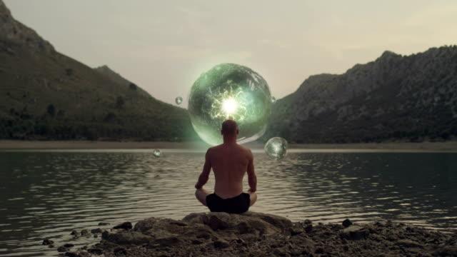 kozmik enerji meditasyon adam önünde. - mountain top stok videoları ve detay görüntü çekimi