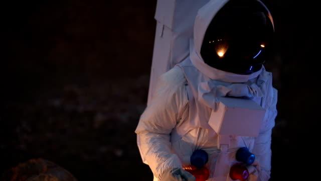 kosmonaut auf dunklen planeten - raumanzug stock-videos und b-roll-filmmaterial