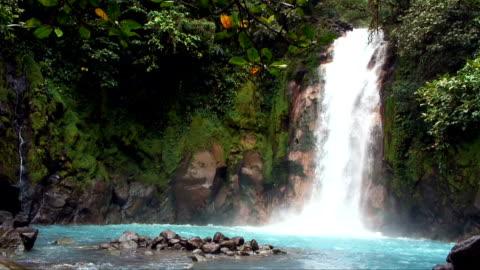 costa rica paradiso tropicale cascata - idillio video stock e b–roll