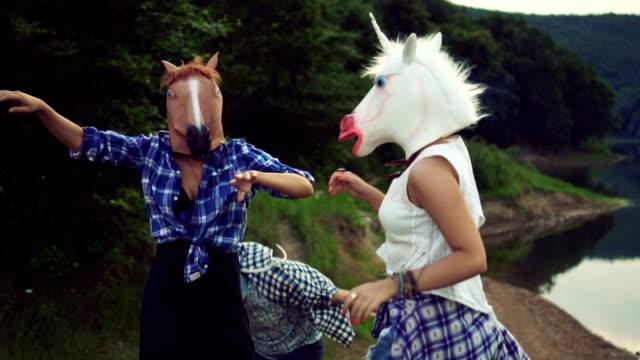 vidéos et rushes de bal costumé dans la nature - tête d'un animal