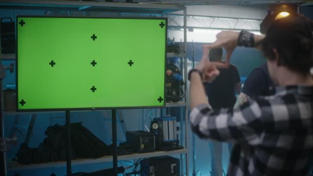 vídeos de stock, filmes e b-roll de cliente verificando equipamentos de vídeo em loja de aluguel - costumer