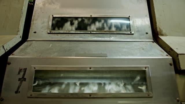 bomull separation och maskiner bearbetning i en industriell bomull gin - cotton growing bildbanksvideor och videomaterial från bakom kulisserna