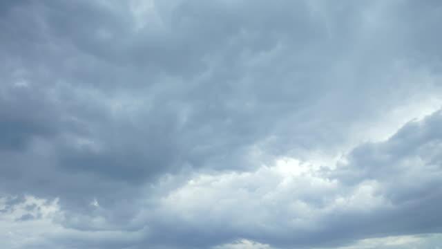 vídeos de stock, filmes e b-roll de couds espessamento antes da tempestade - nublado
