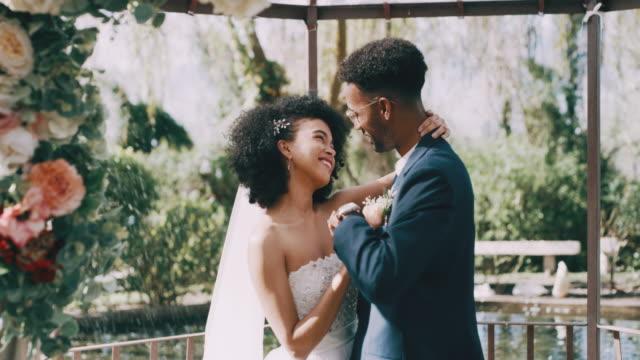 vídeos de stock, filmes e b-roll de eu poderia olhar para estes olhos para sempre - casamento