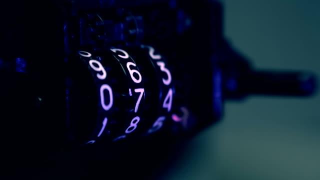 tresen der audiocassette ist rotierende schnell und finger handstand das zurücksetzen - lateinische schrift stock-videos und b-roll-filmmaterial