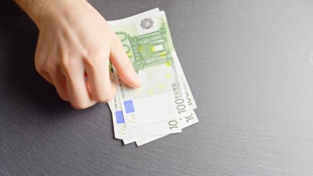 counting 100-euro-banknotes - valuta dell'unione europea video stock e b–roll