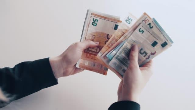 counting euro banknotes - valuta dell'unione europea video stock e b–roll