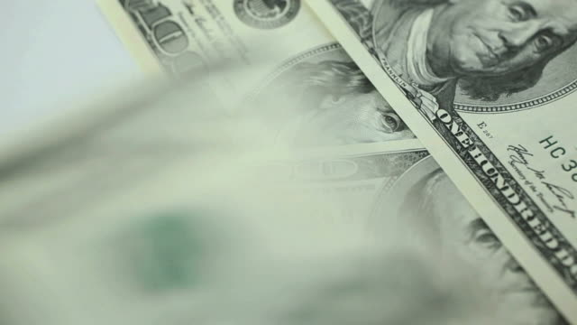 vidéos et rushes de comptant de 100 dollars américains. - tirelire
