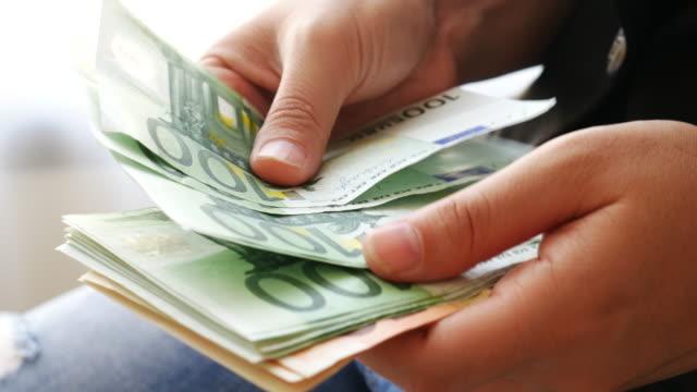 geld zählen euro-bargeld-banknote, 4 k-auflösung - euros cash stock-videos und b-roll-filmmaterial
