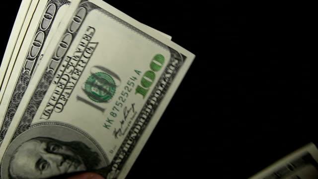 räkna pengar. - spendera pengar bildbanksvideor och videomaterial från bakom kulisserna
