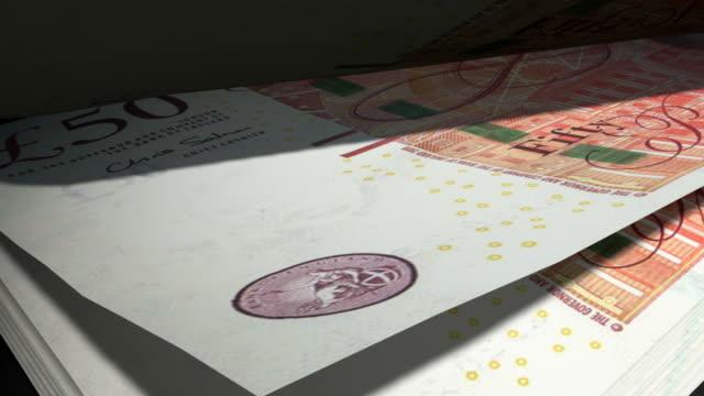 zählen gbp banknoten freunde - pfand stock-videos und b-roll-filmmaterial