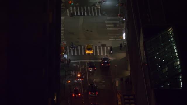 vídeos y material grabado en eventos de stock de close up: innumerables coches y taxis conducen por las calles de nueva york por la noche. - señalización vial