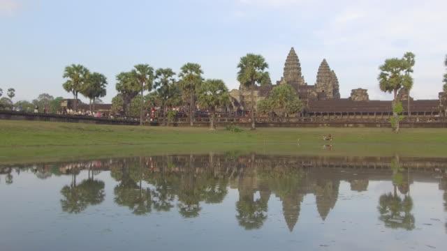 unzählige menschen zu fuß in richtung der atemberaubenden buddhistische tempel von kambodscha. - kambodschanische kultur stock-videos und b-roll-filmmaterial