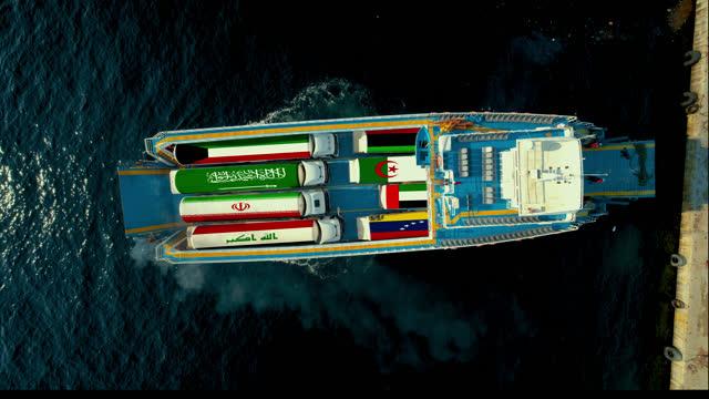 i paesi opec segnalano sui camion cisterna che si trovano sulla stessa nave (non reale) - opec video stock e b–roll