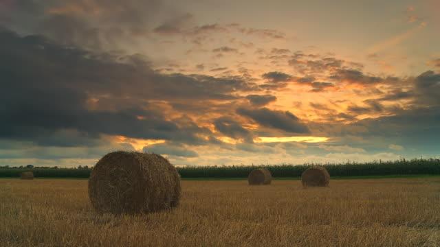 vidéos et rushes de hd temps qui passe: pays fonds de nuage au coucher du soleil - foin