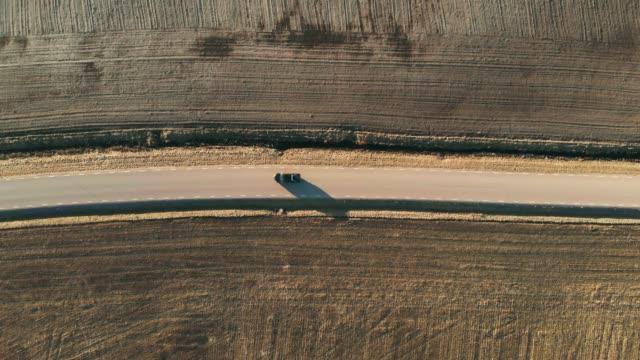 vídeos de stock e filmes b-roll de country road from above - reto descrição física