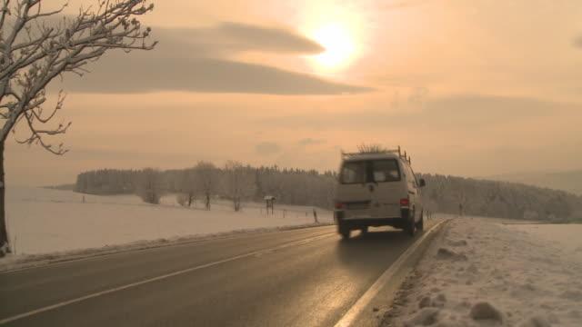hd crane: landstrasse in winterlandschaft - biltransporttrailer bildbanksvideor och videomaterial från bakom kulisserna