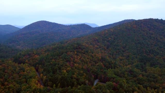 vidéos et rushes de us countryside aerial v12 voler au-dessus des collines de l'automne panoramique près d'helen ga. - nord