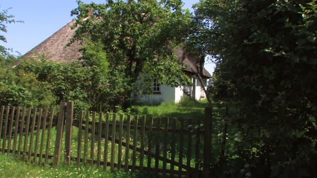 landschaft cottage - landhaus stock-videos und b-roll-filmmaterial