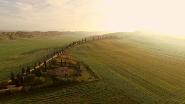 toskana bölgesindeki hava kırsal ev - toskana stok videoları ve detay görüntü çekimi