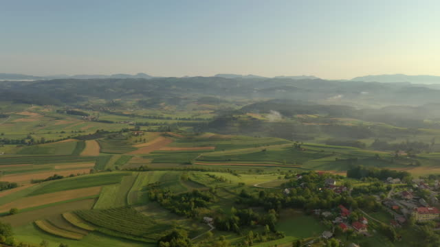 vídeos y material grabado en eventos de stock de aerial countryside por la mañana - drone footage