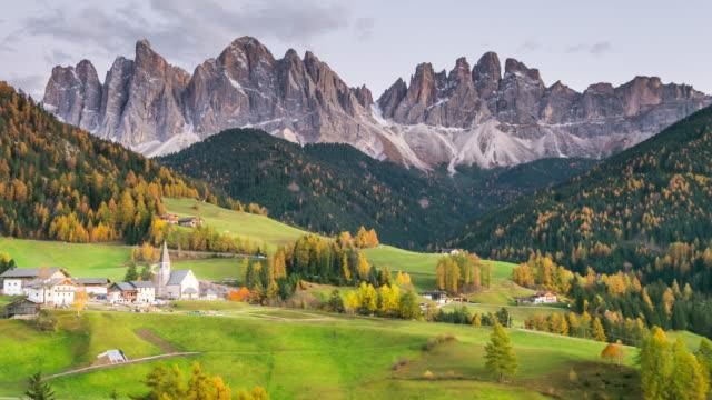 vídeos de stock, filmes e b-roll de vista interior da magdalena st ou santa maddalena no parque nacional puez oliveira, dolomitas, tirol do sul. - tyrol state austria