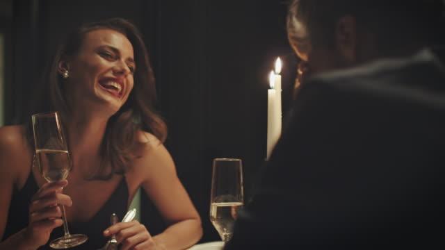 キャンドル ライト ディナーでのカップル - 食事する点の映像素材/bロール