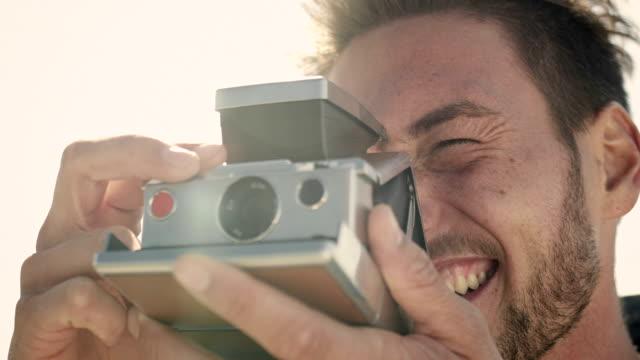 stockvideo's en b-roll-footage met couple at coast - polaroid