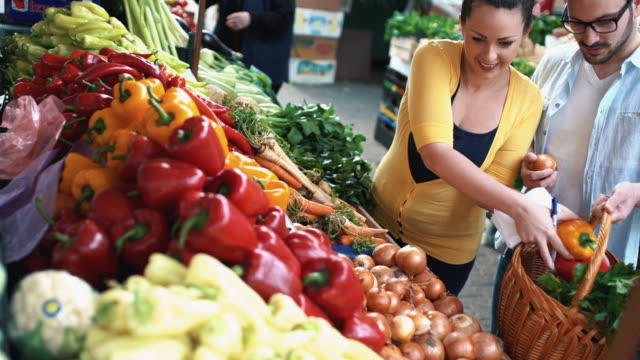 couple at food market. - jarzyna filmów i materiałów b-roll