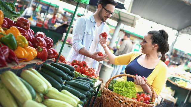 gıda pazarı çifte. - pazarcı stok videoları ve detay görüntü çekimi