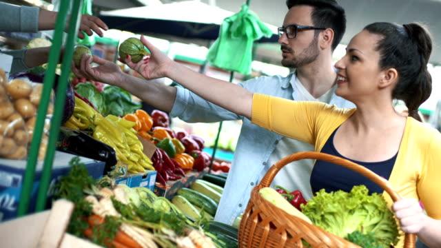 Casal no mercado de alimentos. - vídeo