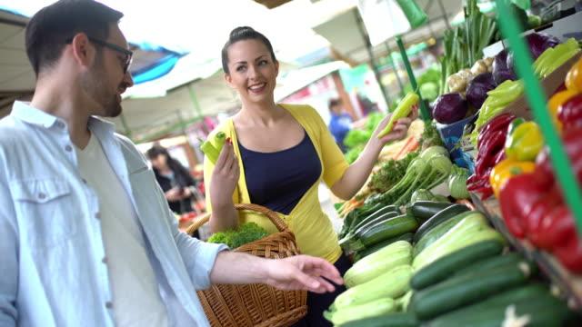 couple at food market. - gospodarstwo ekologiczne filmów i materiałów b-roll