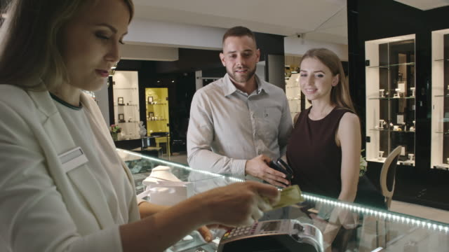 Couple Buying Jewelry Together - vídeo