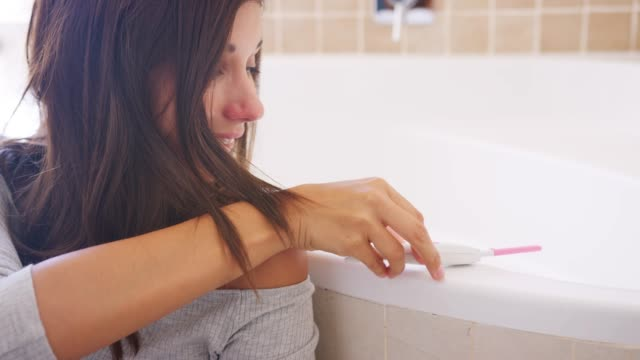 Pareja celebrando el resultado de la prueba de embarazo positiva Inicio - vídeo