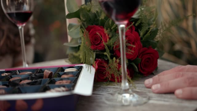 ワイン、チョコレート、花のバレンタインの日を祝うカップル - バレンタイン チョコ点の映像素材/bロール