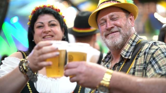 Paar Feier Toast auf dem Oktoberfest in Blumenau, Santa Catarina, Brasilien – Video