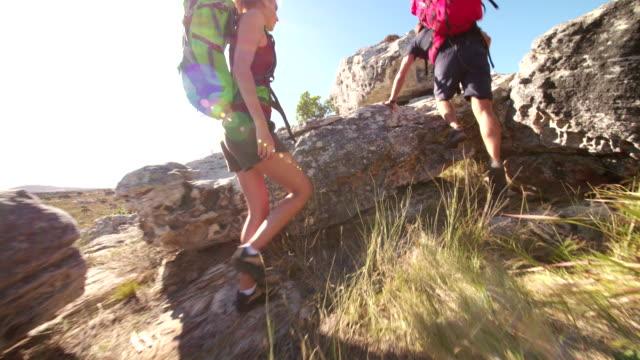 Casal de escalada em rocha caminhadas em dia de verão na natureza - vídeo