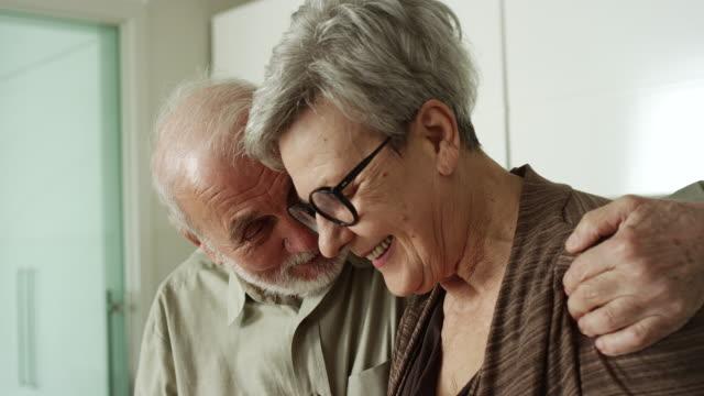 paar kochen zusammen zu hause - seniorenpaar stock-videos und b-roll-filmmaterial
