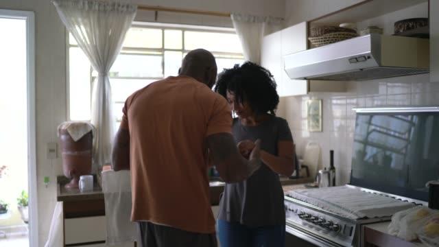 vidéos et rushes de danse de couples à la cuisine - 30 34 ans