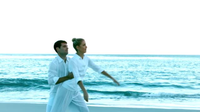 ビーチのカップルダンス - バレエ点の映像素材/bロール