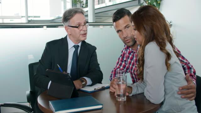 vídeos y material grabado en eventos de stock de par hablar de inversión plan con asesor financiero - planificación financiera