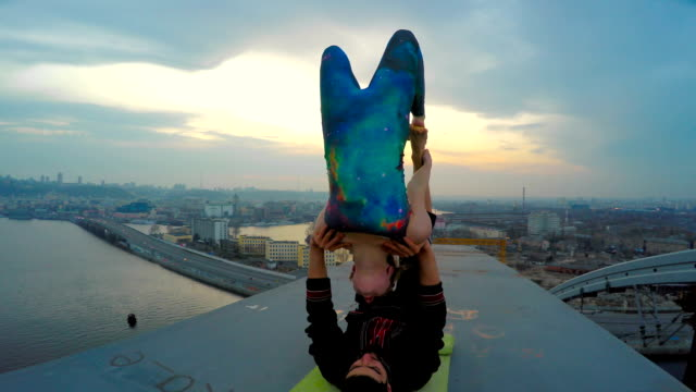 couple doing acrobatic tricks on top of bridge, adrenaline junkies, risky hobby - время дня стоковые видео и кадры b-roll